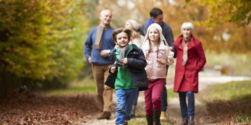 Familie macht einen Herbstspaziergang